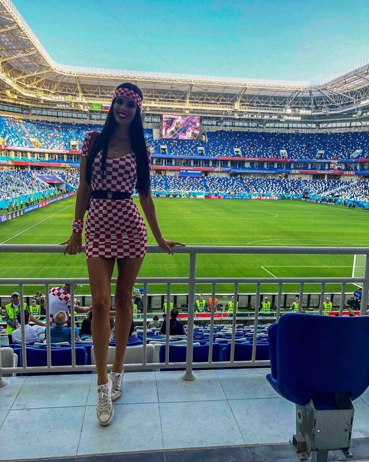 Девушек на стадионе шманяют