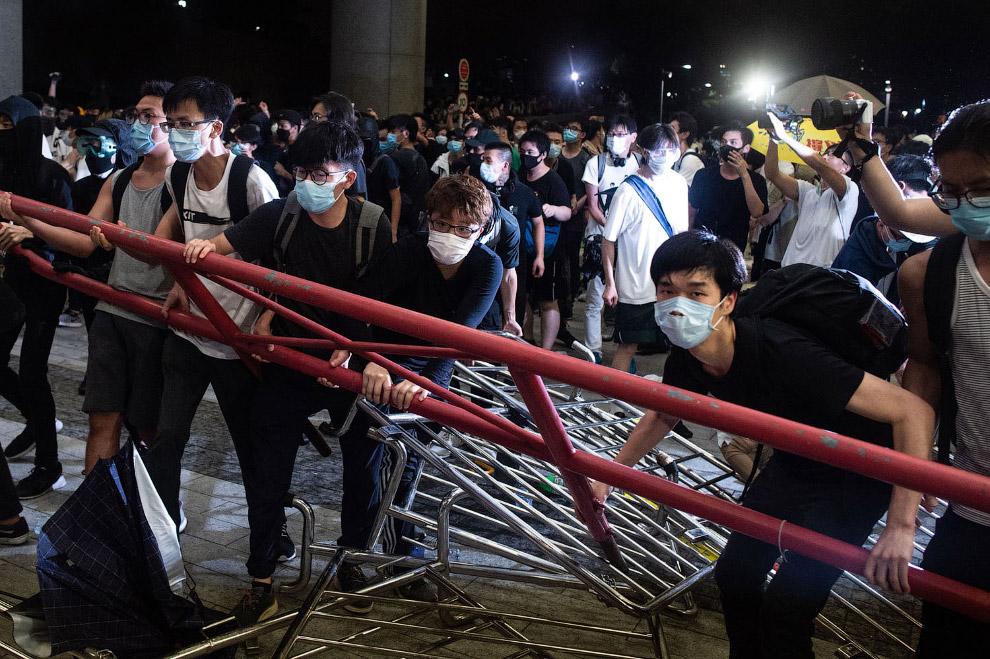 В Гонконге школьники потребовали отставки главы администрации
